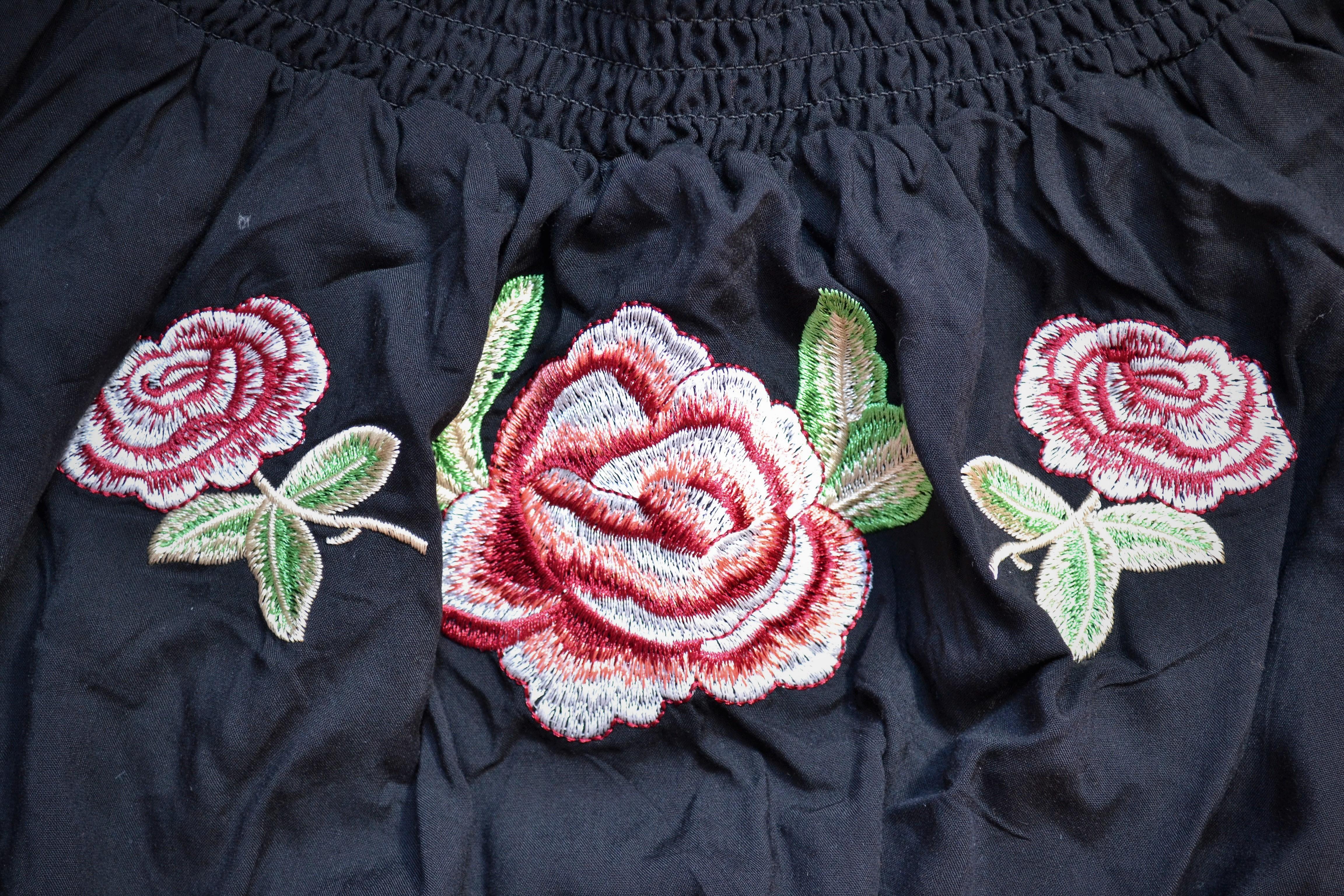 Blúzky, košele ašaty opäť rozkvitli. Kvety zo 60. rokoch sú opäť v kurze.