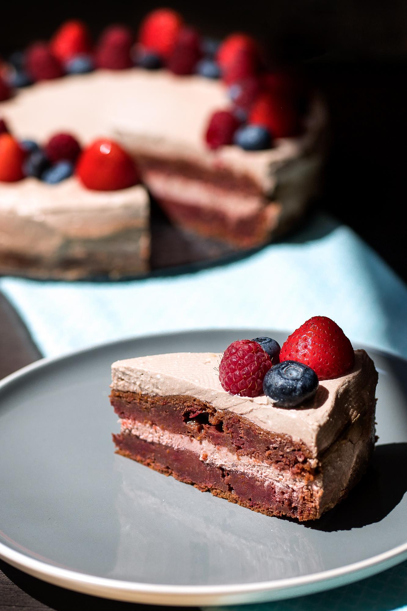 Famózna čokoládová cviklová torta bez lepku s tvarohovým krémom.